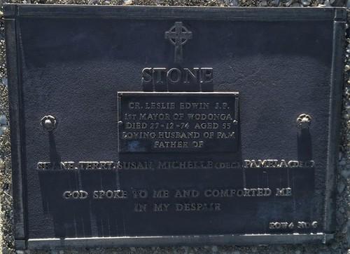 Medium headstone of les stone  2