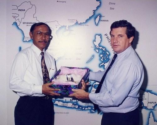 Medium presentation of gift indonesian consul darwin 28 june 1996